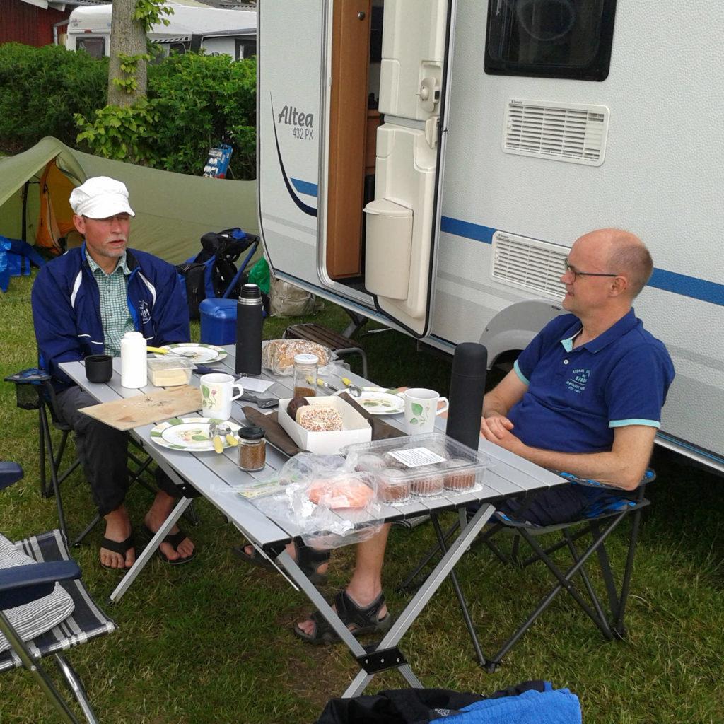 Søren og Martin nyder campinglivet